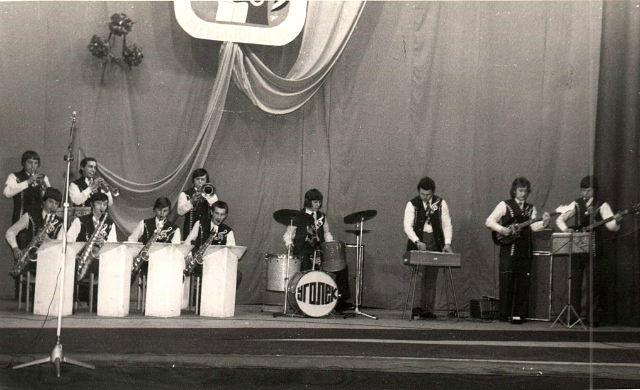 На сцене эстрадный оркестр под упр. Геннадия Павликова